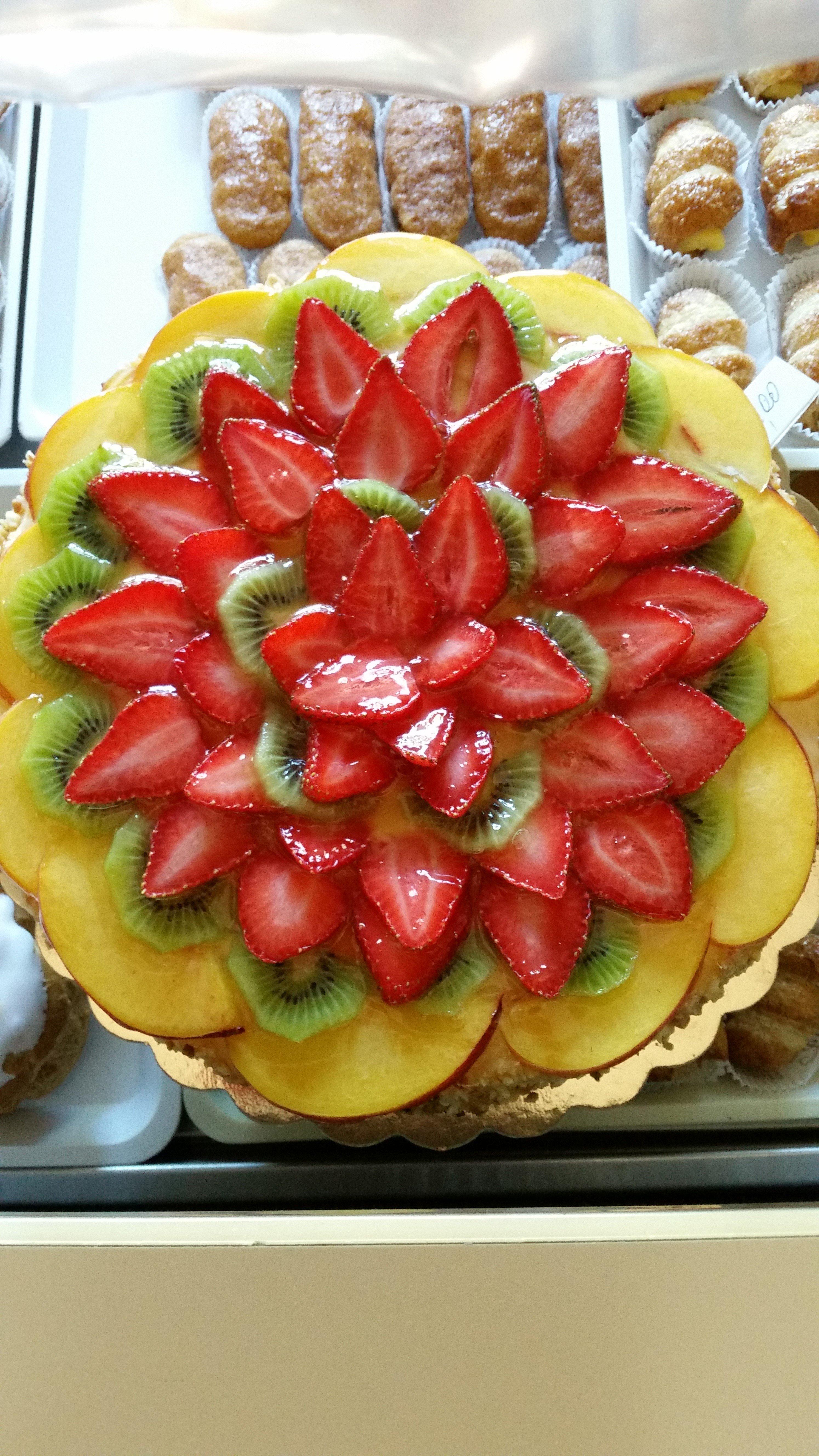Una torta con composizioni di frutta