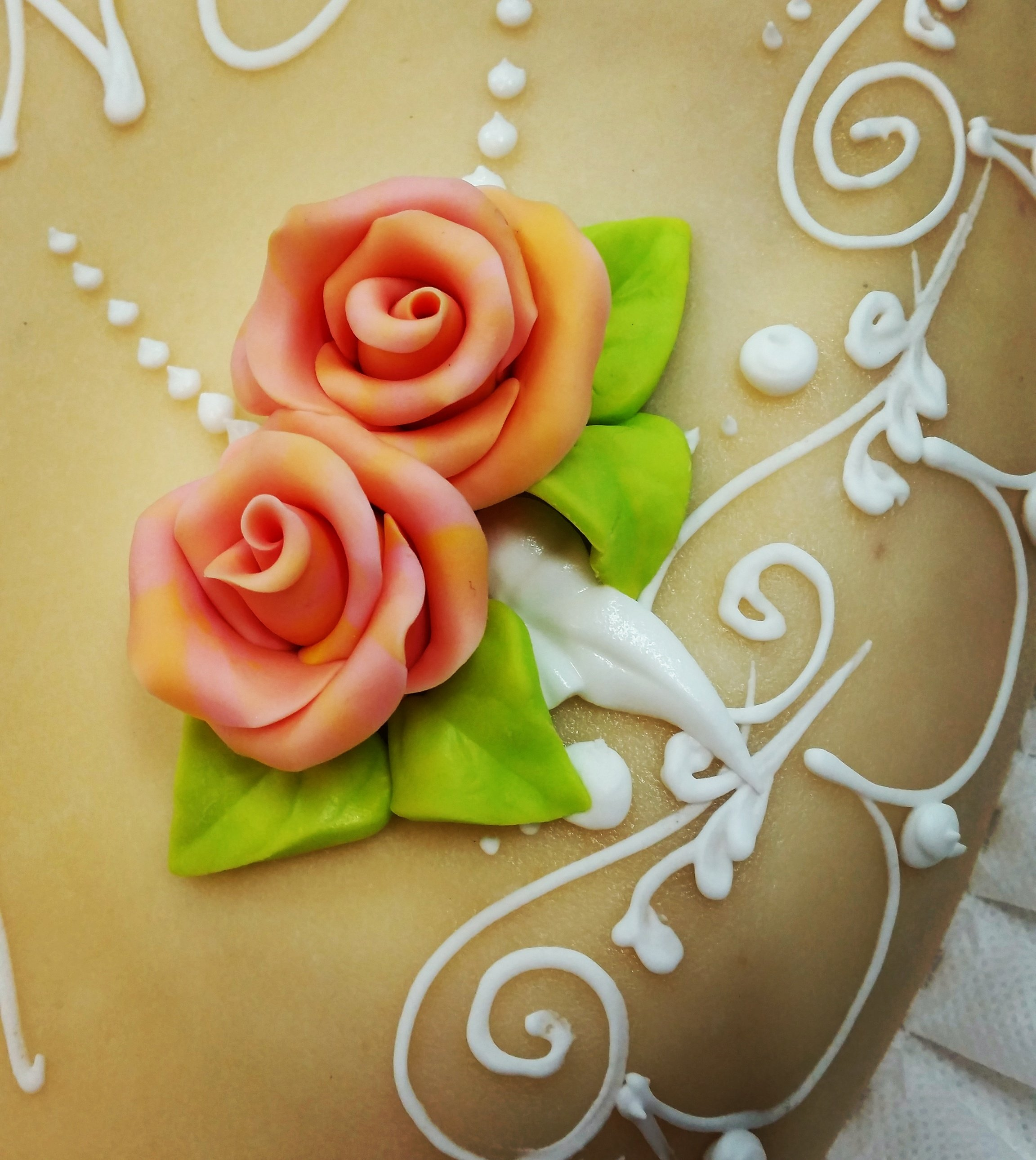 Torta decorata con rose di fondant