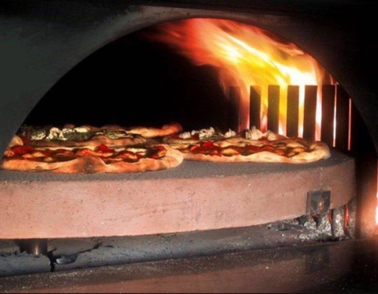delle pizze nel forno a legna