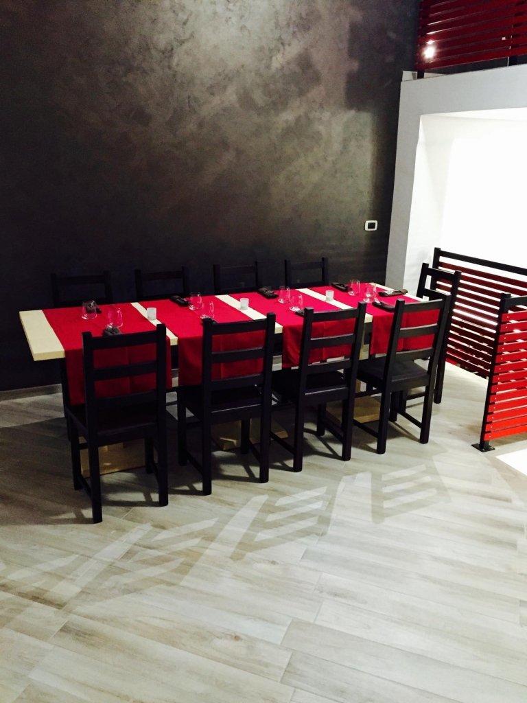 una tavolata all'interno del ristorante