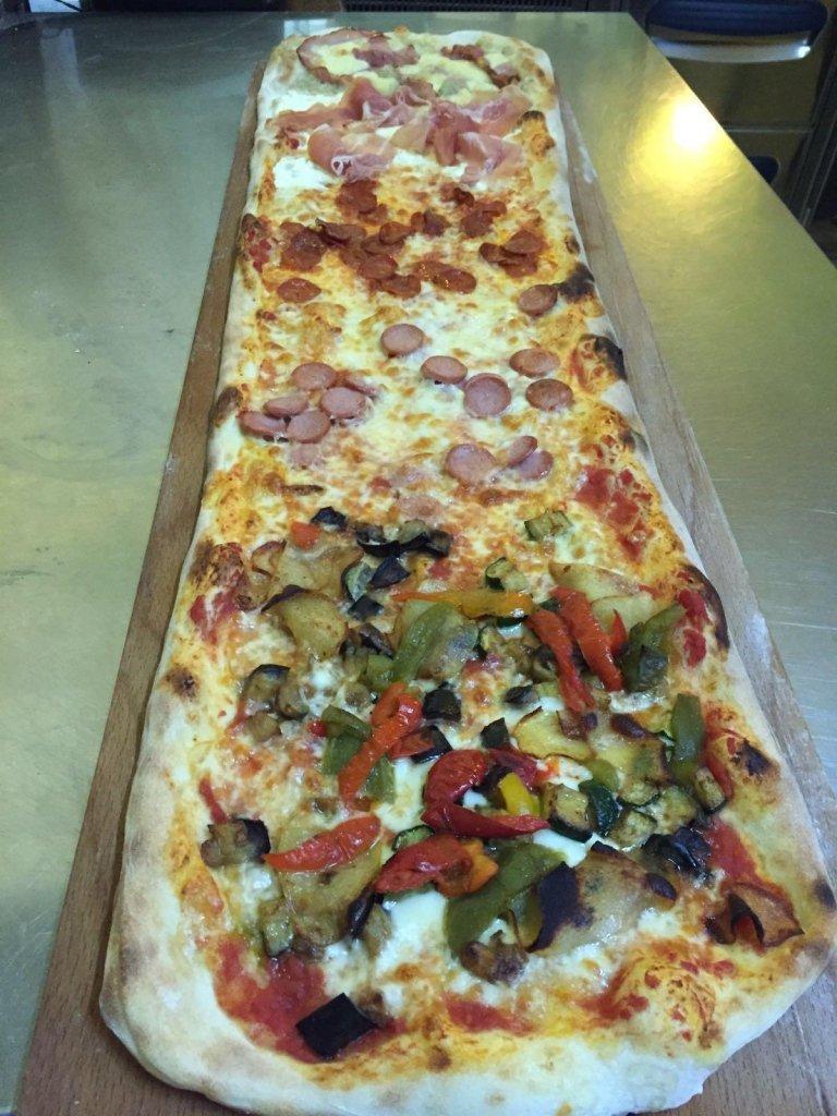 una pizza farcita  al metro
