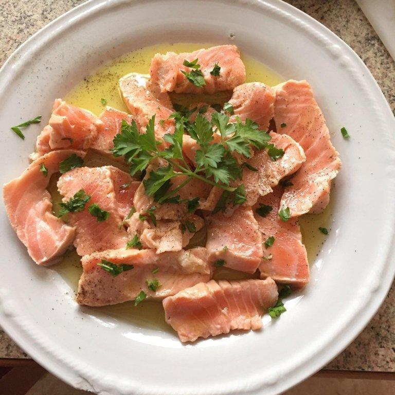 un piatto di salmone con del prezzemolo