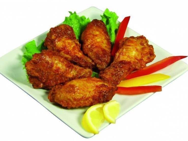 del pollo fritto e insalata