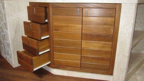 Armadio in legno con cassettiera verticale e ante