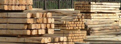 Cataste di travi in legno di castagno