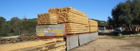 Travi di legno accatastate