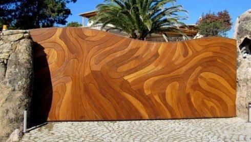 Vista frontale di un cancello scorrevole in legno