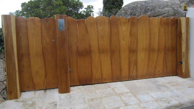 Cancello con travi in legno chiaro verticali