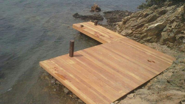 Passerella in legno con travi rettangolari