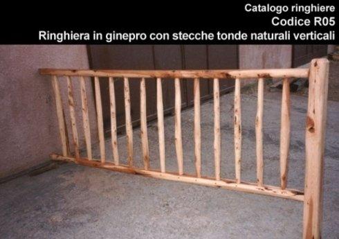 Ringhiera in ginepro con stecche tonde naturali verticali