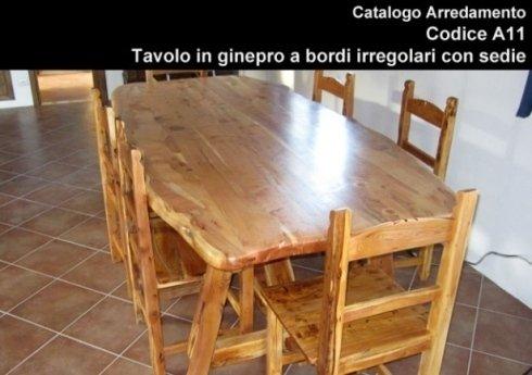 tavolo in ginepro con bordi irregolari e sedie