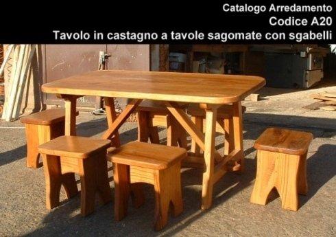 Tavolo in castagno a tavole sagomate con sgabelli
