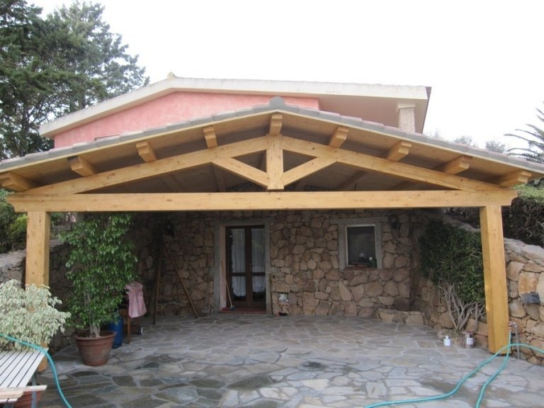 Vista frontale di veranda in legno