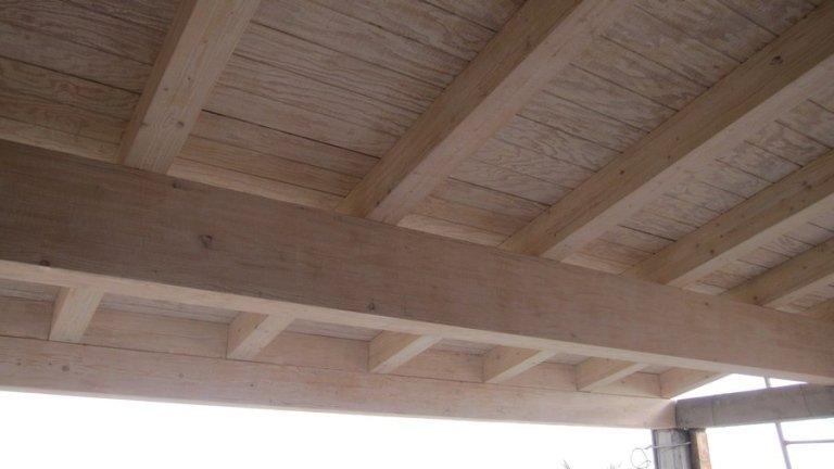 Soffitto con travi a vista in legno