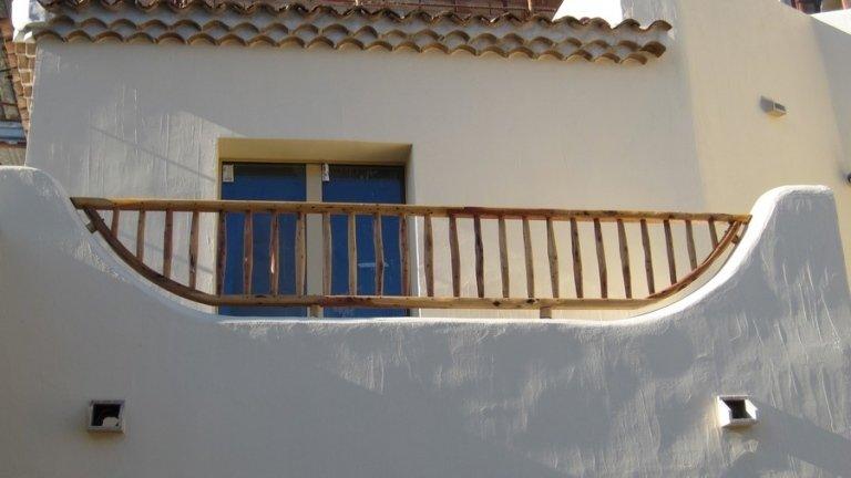 Vista dal basso di ringhiera esterna in legno