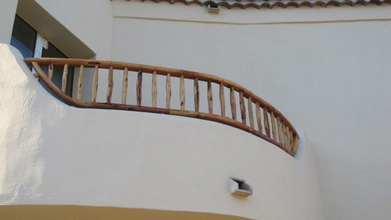 Vista laterale di parapetto in legno esterno