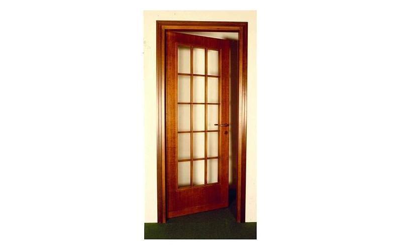 porta con disegno geometrico