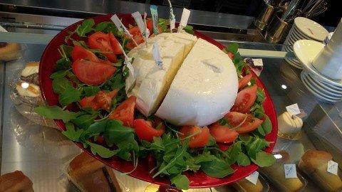 mozzarella di bufala campana con pomodorini
