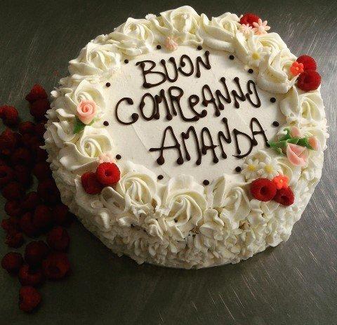 torta per compleanno decorata con panna