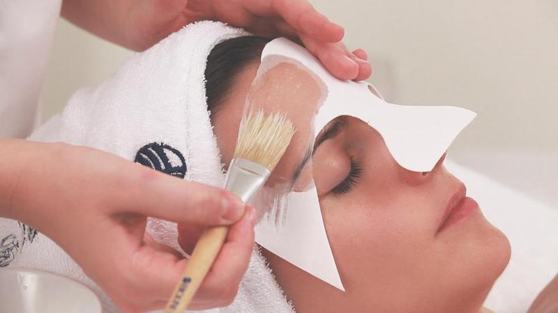 Donna a cui viene applicato un prodotto per la pelle