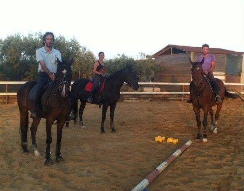 Lezione di equitazione nel maneggio
