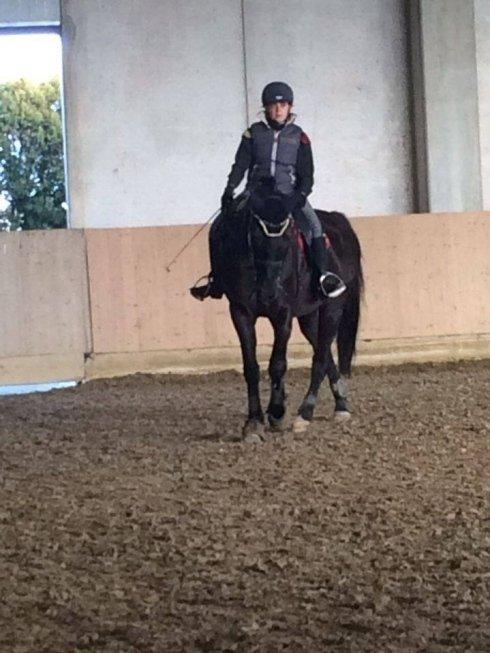un fantino su un cavallo nero