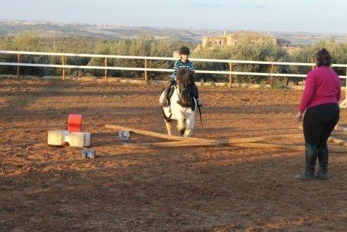 lezione di equitazione per un bambino con un pony
