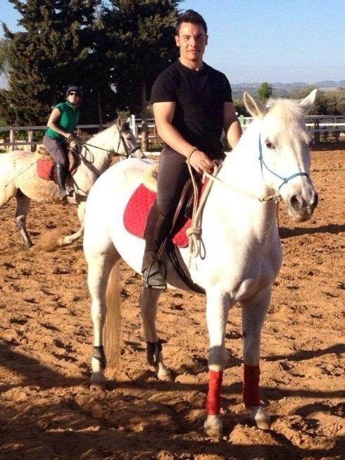 Ragazzo su un cavallo bianco