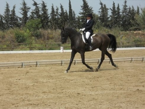 una donna che cavalca un cavallo nero