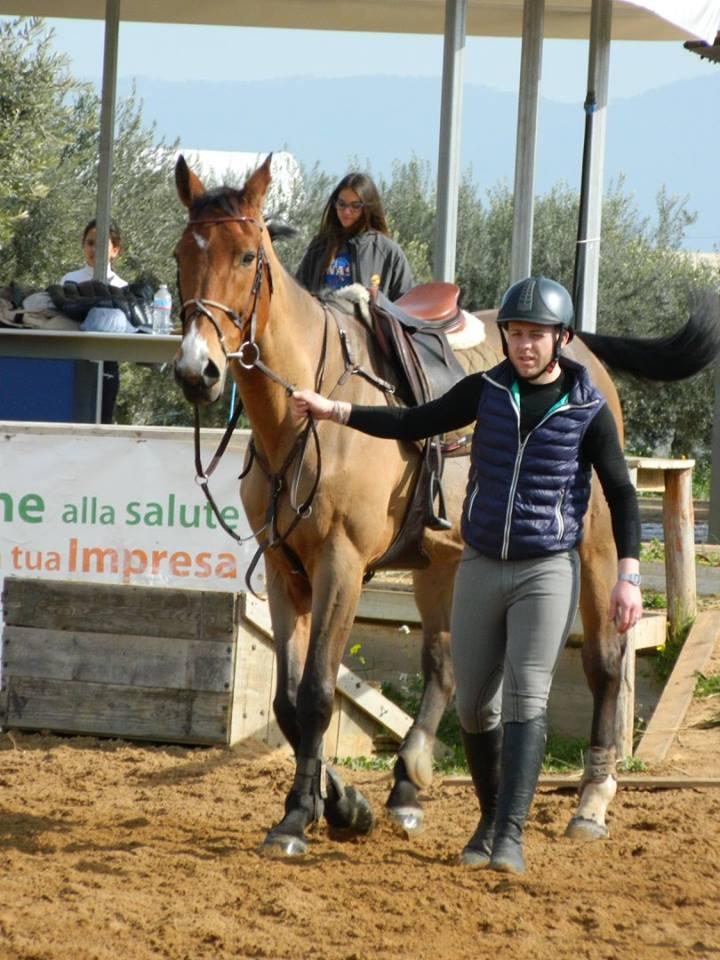 fantino a lato di un cavallo