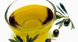 ciotola di olio con intorno olive nere