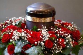 un'urna e delle rose intorno