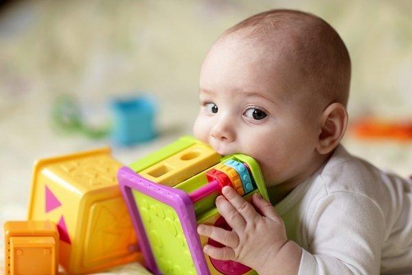 neonato con un gioco
