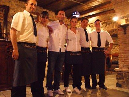 Il personale del ristorante in posa per una foto