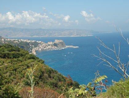 Vista da lontano del mare e di un paese