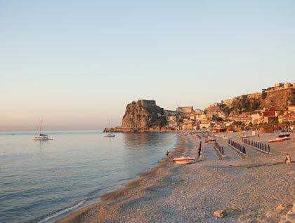 Una spiaggia e vista di un paesino e del mare