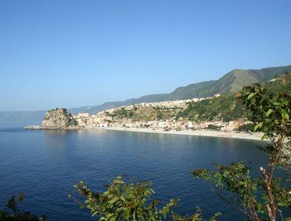 Vista da lontano di un paesino e una spiaggia vicino al mare