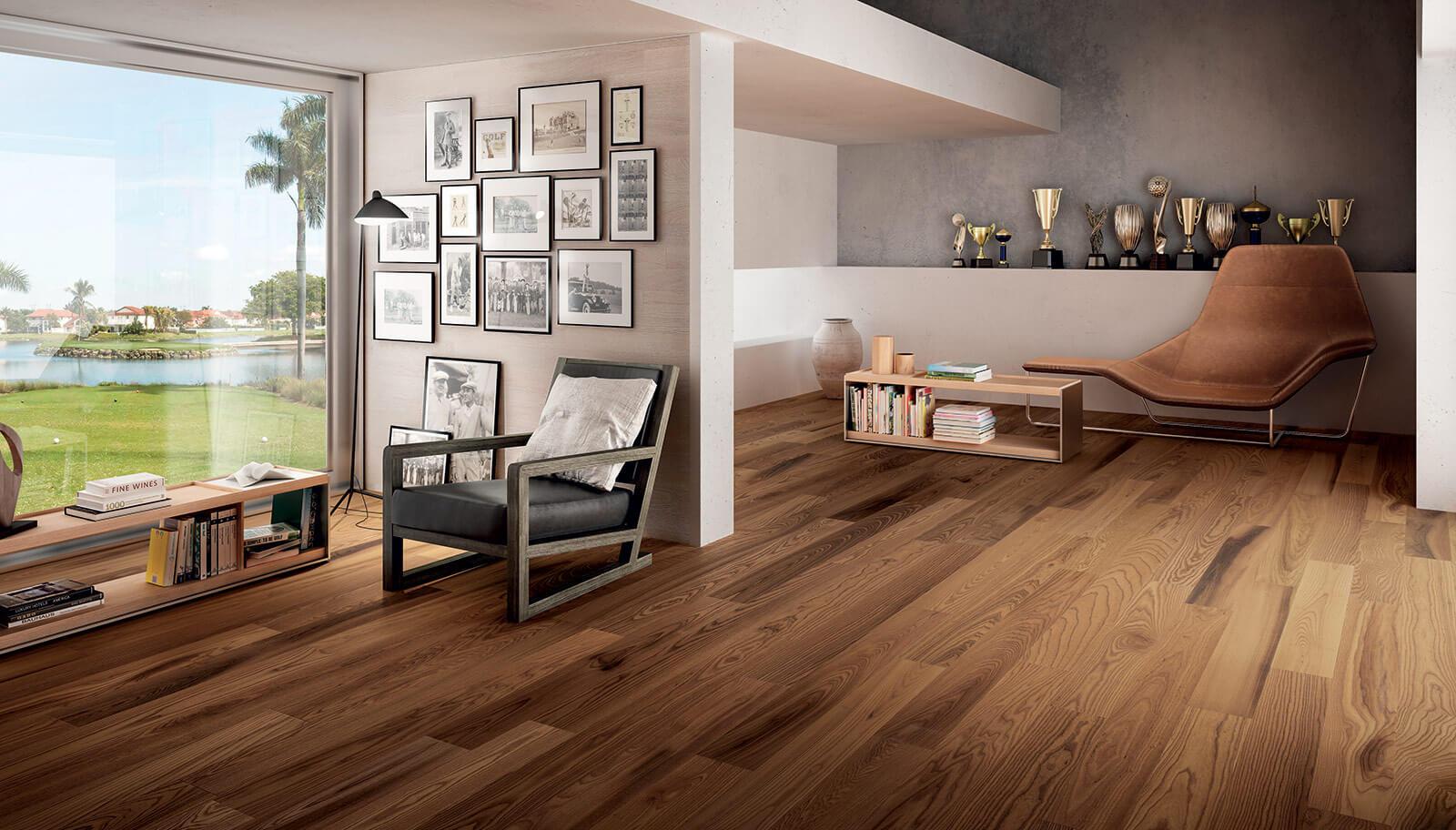 soggiorno moderno con pavimento in legno, poltroni, parete attrezzato e infissi esterni
