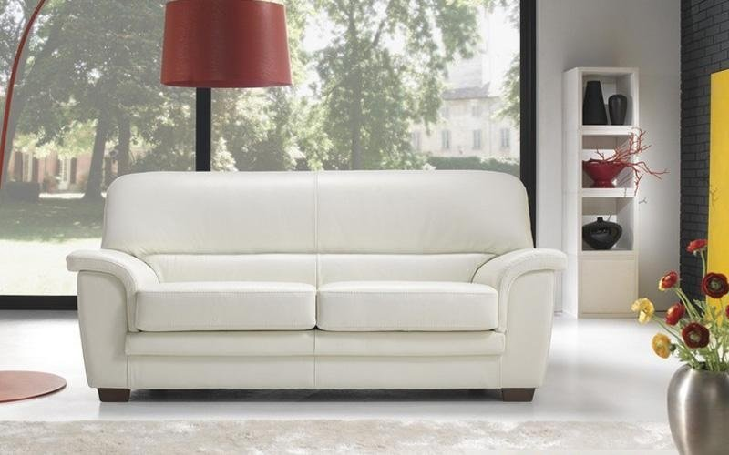 divano con poggiapiedi