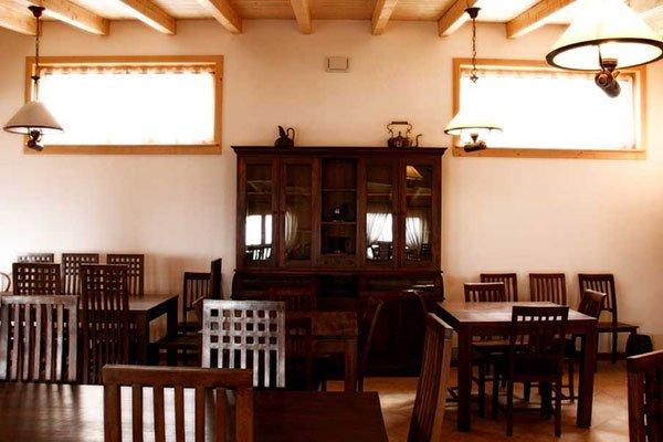 dei tavoli di legno all'interno di un ristorante