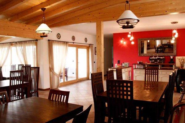 Interno di un ristorante con vista dei tavoli