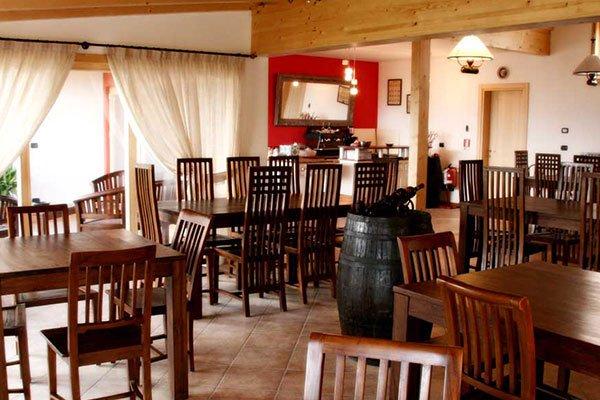 Dei tavoli e un barile all'interno di un ristorante