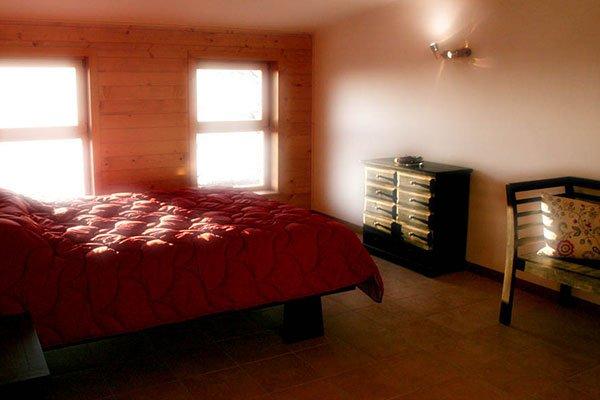 una camera con un letto matrimoniale