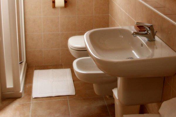 un bagno con box doccia