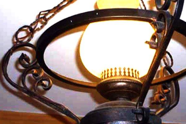 un lampadario in ferro