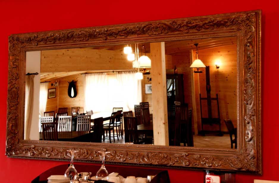 vista dei tavoli di un ristorante dal riflesso di uno specchio