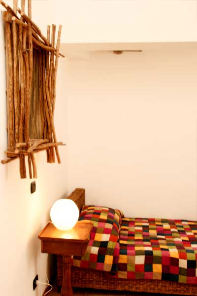 un letto singolo e accanto un comodino