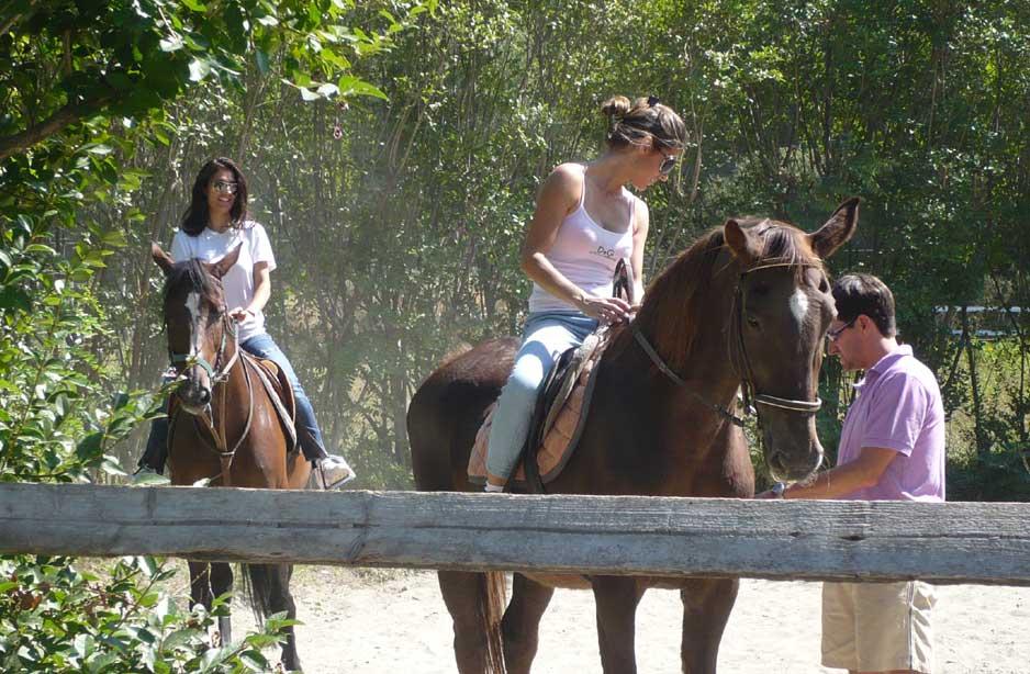 due ragazze su dei cavalli