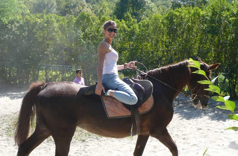 una ragazza sopra un cavallo