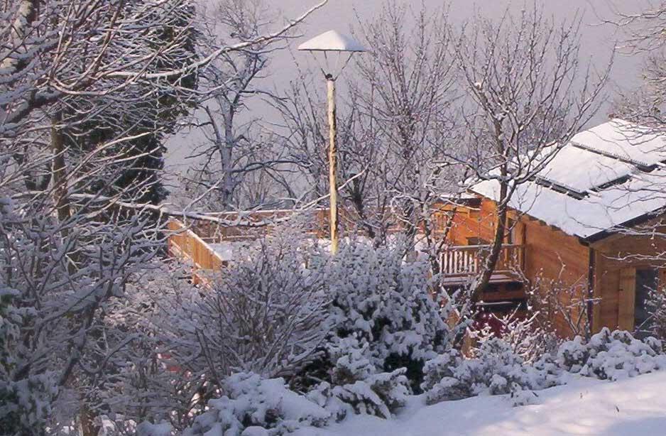 uno stabile in montagna con della neve intorno